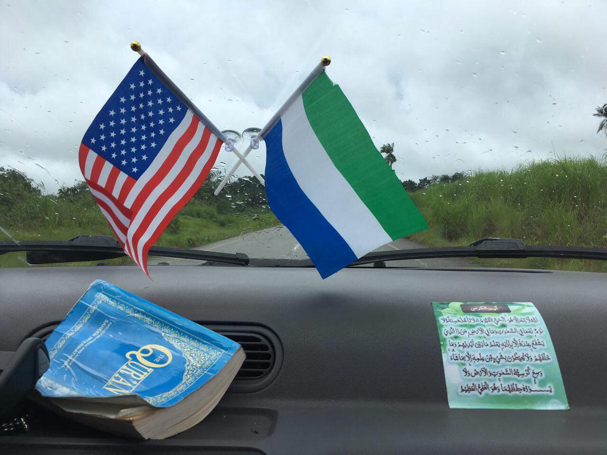 اولین بخش مسیر را همسفر راننده ای هستم به نام ابراهیم، مسلمان و البته عاشق آمریکاست، قرآن و آیت الکرسی هم همراهش هستند تا حافظش باشند و حافظ من نیز هم، این عشق به آمریکا عجیب فراگیر است در سیرالئون.