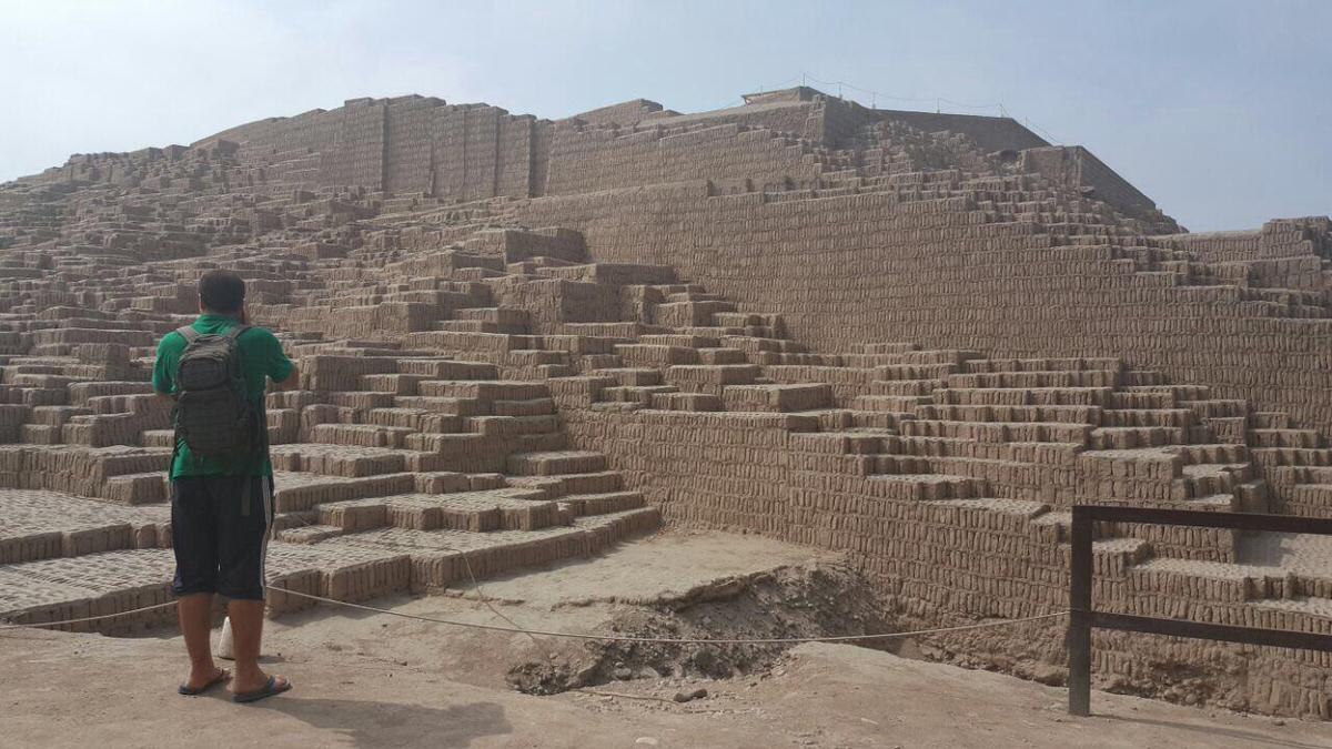 """نام این سایت اما """"هواکاپاکجانا""""ست، یکی از قدیمی ترین های لیما مربوط به دوره پیش از اینکاها با قدمتی حدود ١٨٠٠ سال پیش، آن بالا دست حتی می شود گورهای تاریخی باز شده را هم مشاهده کرد."""