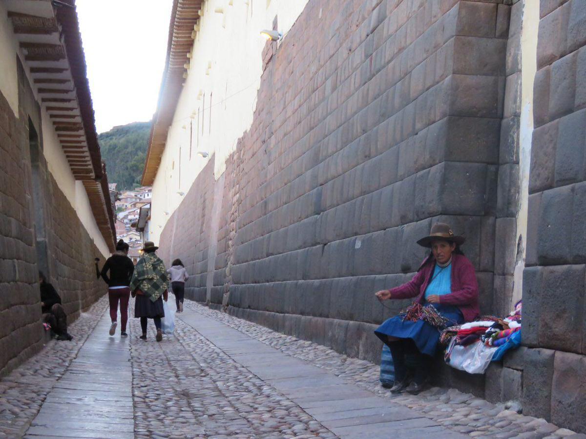 کلاهی گرد بر سر دارد، موهای مشکی اش را بافته و حلقه کرده است پشتش، کلاه می بافد، رنگ را در رنگ گره می زند و فارغ از حال و هوای تاریخ دیواری که بر آن تکیه زده، نان شبش را اندیشه می کند.