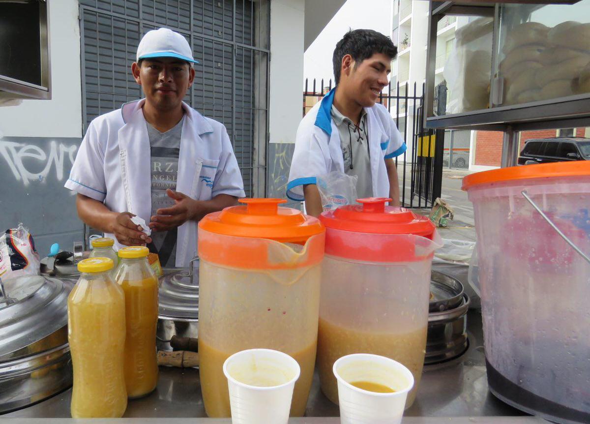 صبح ها هنوز هم در گوشه کنار لیما چرخ دستی هایی را می بینی که غذاها و نوشیدنی های محلی می فروشند، گرم و سرد، عالین و خوش طعم و البته ارزان، شاید به این جهت که مزه ای از جنس لبخند فروشنده هایشان دارند.