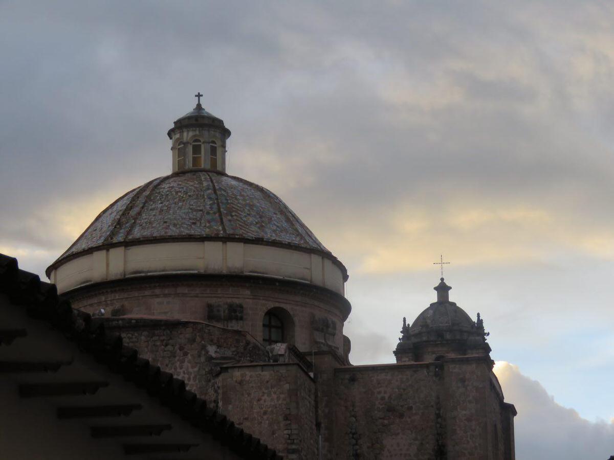آفتاب پایین آمده و نور خورده اند کلیساهای اطراف میدان اصلی شهر، گویا مسیحیت و فرقه هایش از زمان اسپانیایی ها مسابقه گذاشته اند در ساخت کلیساهایی با افکار متفاوت، یادگاریست از دوران تلخ استعمار.