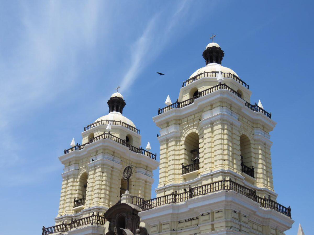 سرت را که بالا بگیری سوی آسمان لیما، زیبایی شان مهمان چشمانت می شوند، خطاب شان می کنم گلدسته های کلیسای سن فرانسیسکو که البته خود نماد ساده زیستی بوده است!