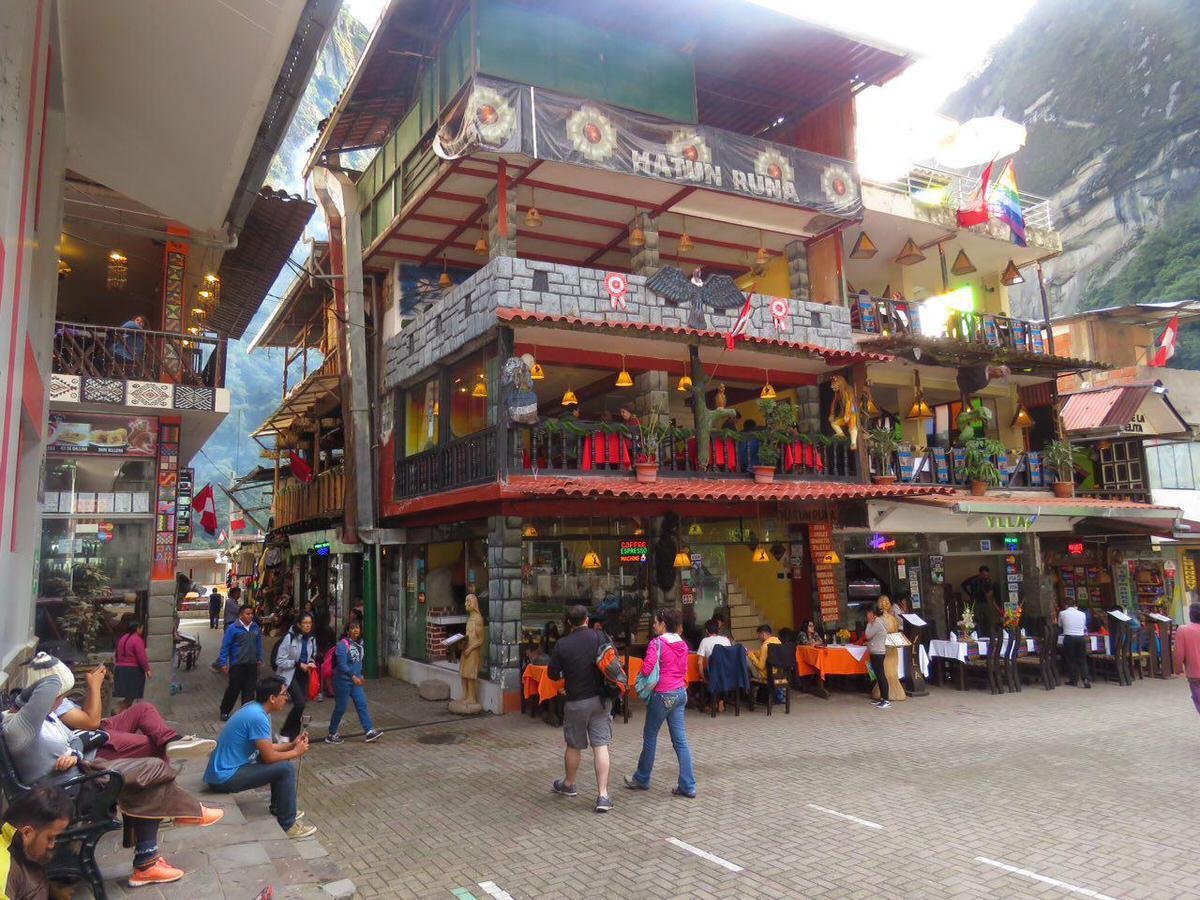 اینجا میدان کوچک و خوش نقش و نگار اصلی روستاست، همه کوچه ها به اینجا ختم می شوند با آن کافه ها و رستوران های پر از زرق و برقشان