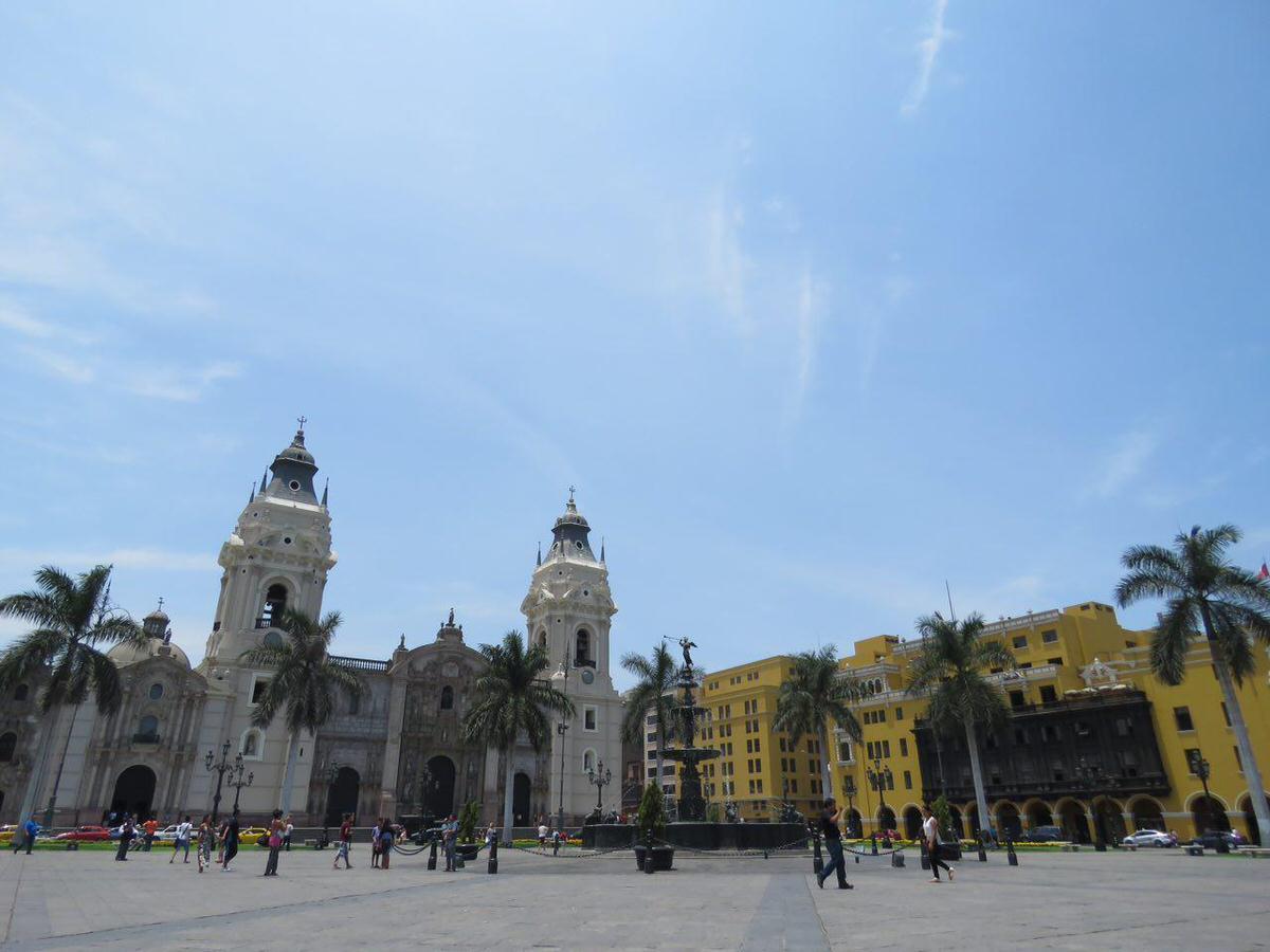 نمایی از میدان اصلی شهر و کلیسای جامع شهر و ساختمان های تاریخی زرد و سفیدش...