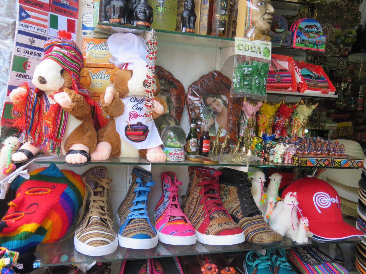 مغازه های صنایع دستی فروشی هم که در هر گوشه کناری به چشم می آیند و به لیما رنگ و لعابی خوش تر داده اند با حضور پررنگ شان!