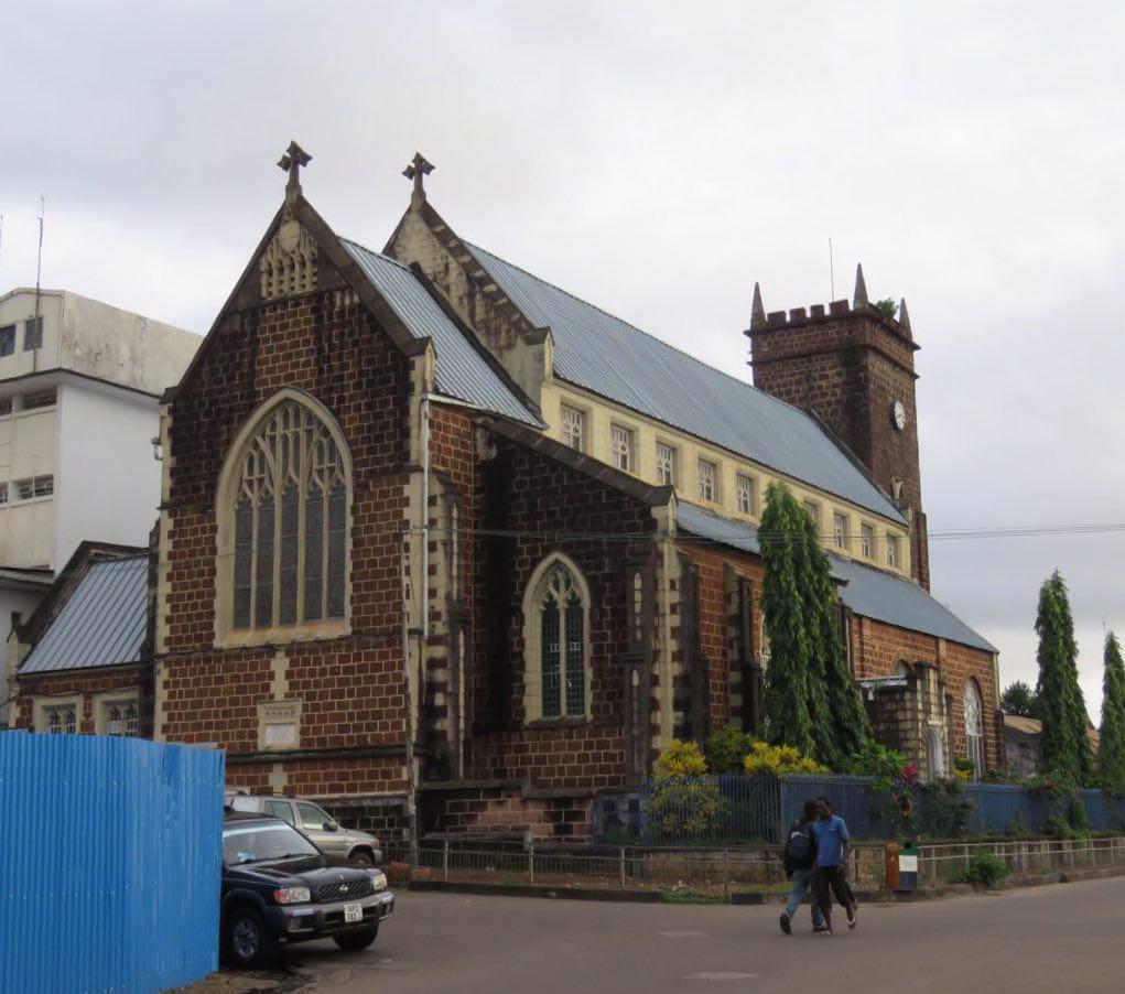 این یکی هم کلیسای جامع است و درهایش باز، قابل ذکر این که جمعیت غالب سیرالئون را مسلمانان تشکیل می دهند.