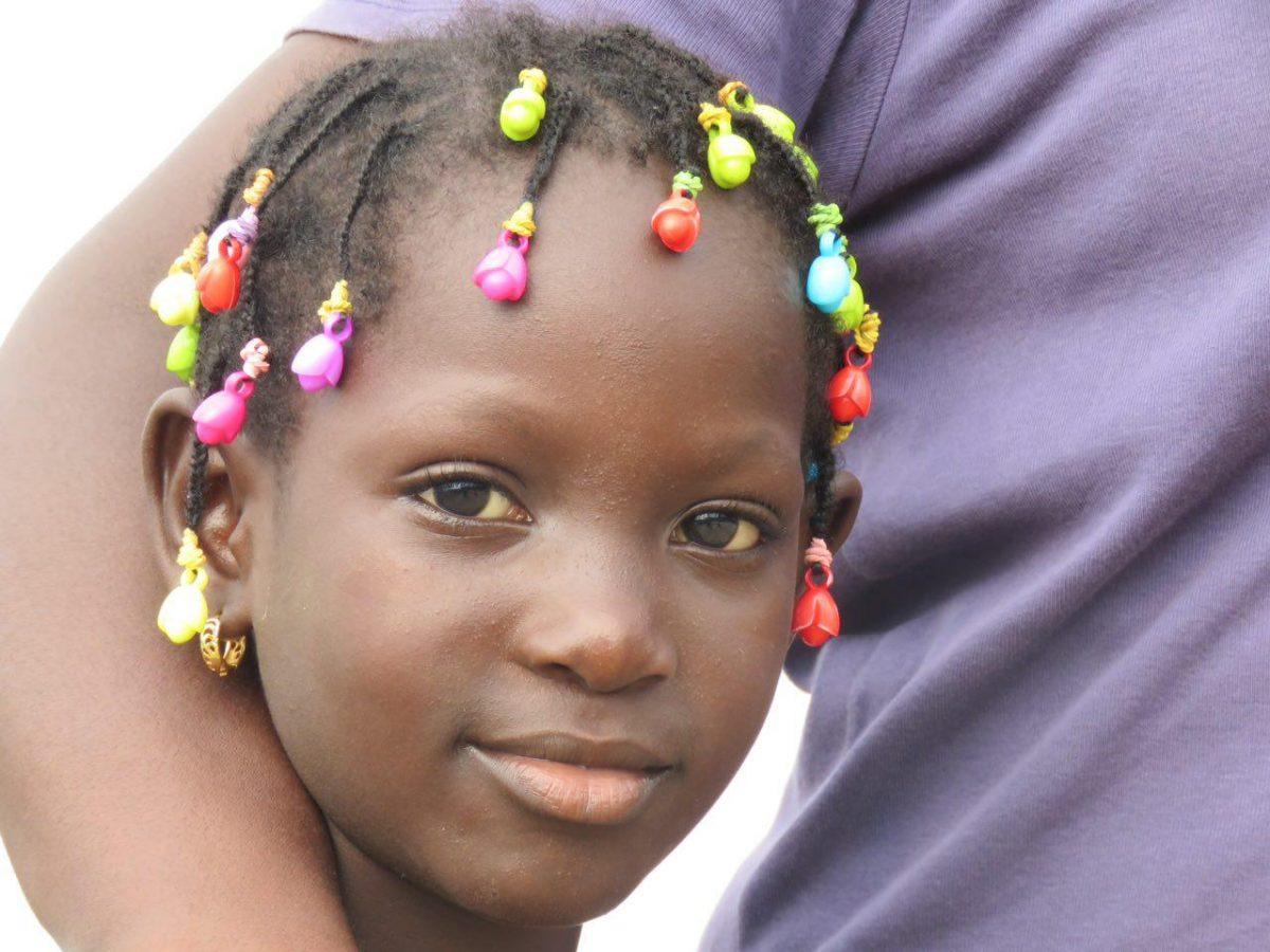 این یکی هم مادر دردانه اش را در بر گرفته است و ذوق دارد از اینکه موهای بافته شده رنگی اش چشم و هوش مرا برده است...