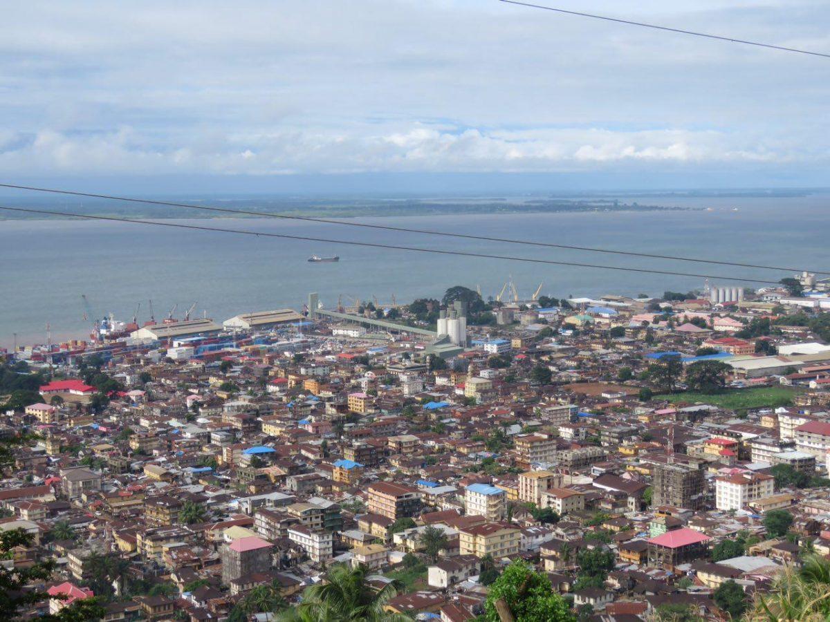 تپه ای بلند آن وسط شهر فری تون وجود دارد که بر فراز آن دانشگاه ملی سیرالئون را ساخته اند، با عبدالله می رویم بالا، او خود دانشجوی آنجاست، می شود نمای زیبایی از شهر را از آن بالا به تماشا نشست...