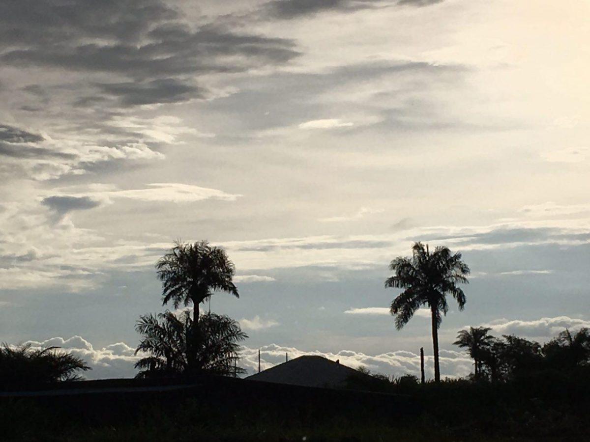 آسمان و ابرهای امروزش هم آمده اند به مدد راه سراسر سبز، هوایی که رنگ و بوی غروب می گیرد و من که آرام به فری تون و احتمالا شلوغی هایش نزدیک می شوم...