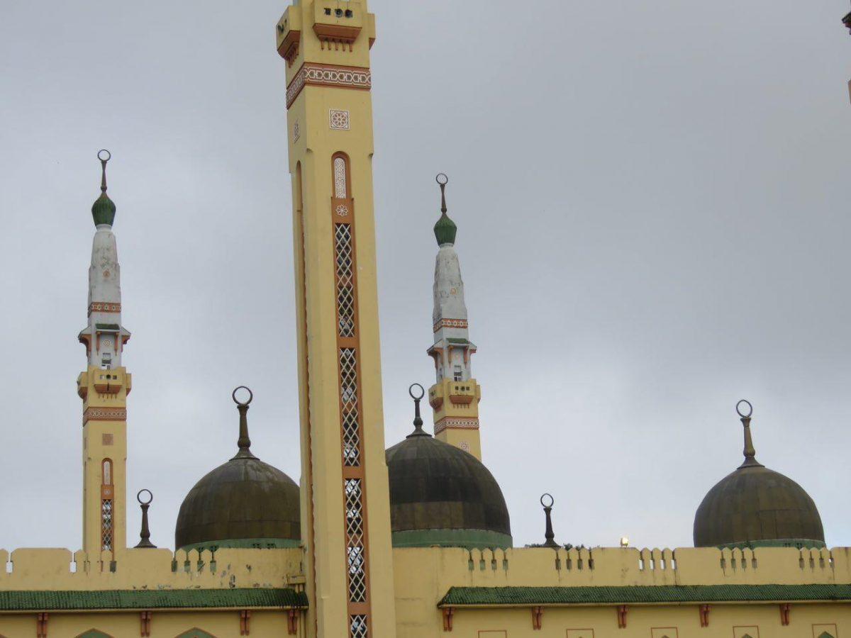 مسجد زیبایی در کوناکری وجود دارد به نام مسجد فیصل که در واقع مسجد جامع شهر است، ساده اما زیباست...
