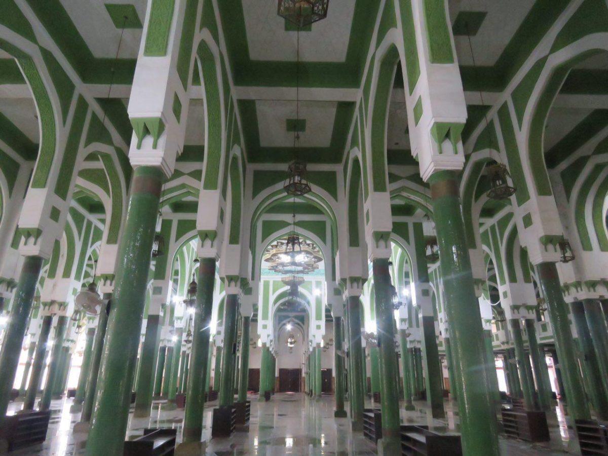 ستون های بلند و سبز رنگ با معماری خاص آفریقایی اسلامی، البته که بعد از باران دیشب از قسمت های مختلف سقفش آب چکه می کند...