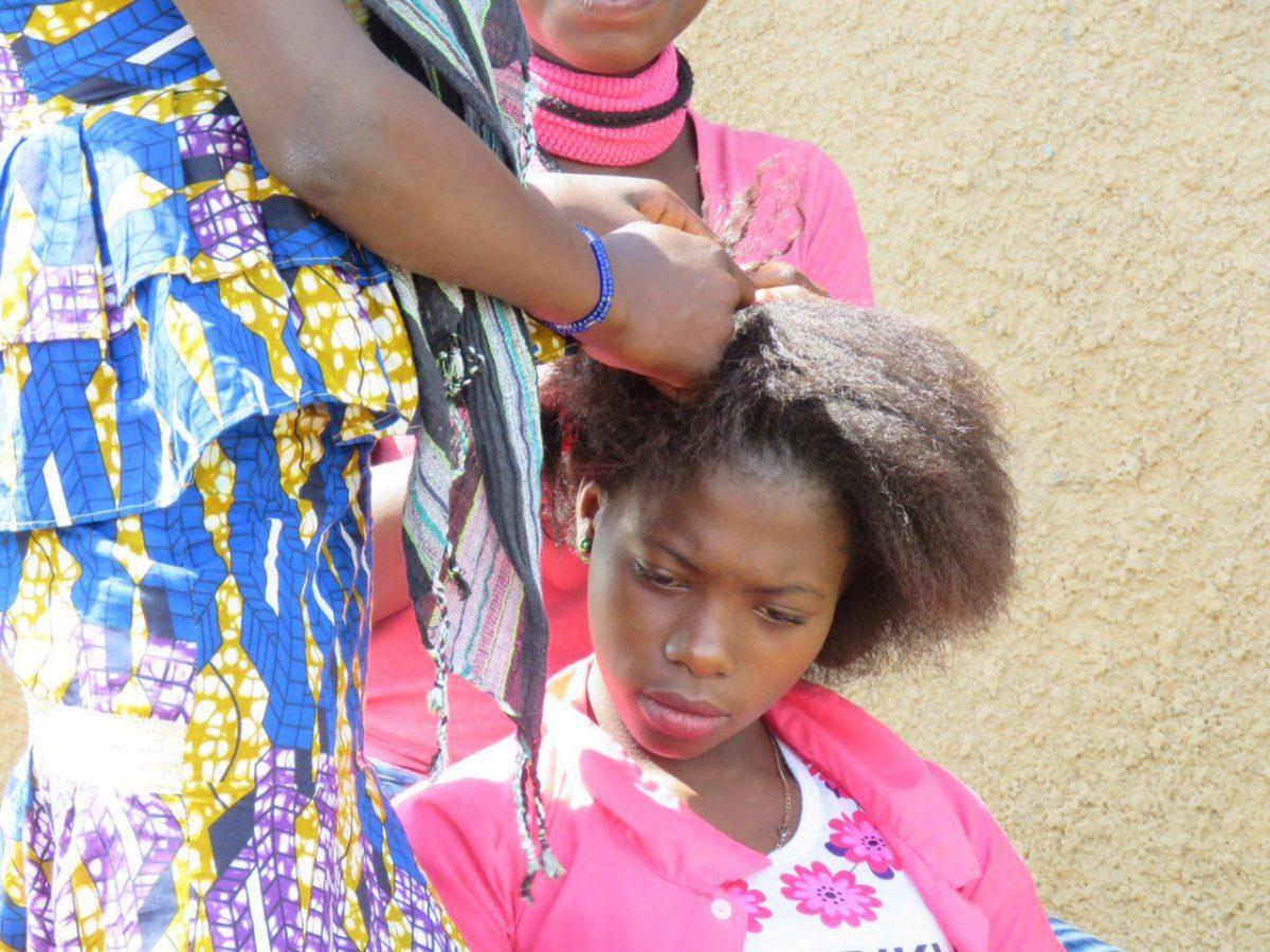 سرش گرم است و چند نفر سرگرمش، موهایی که به زیبایی و هنرمندانه گره خواهند خورد روی سرش تا زیباترش کنند...
