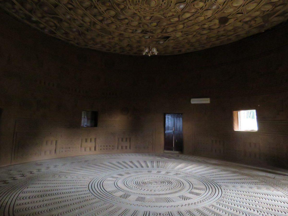"""ساختمانی تاریخی دارد به نام """"ویلا""""، تاریخش برمی گردد به مذاکرات زمان استقلال کشور گینه، ولی صرفنظر از ماهیت سیاسی آن، معماری ظریف و عجیبی دارد، سقف های حصیر بافت و کف هندسی سرامیکی..."""