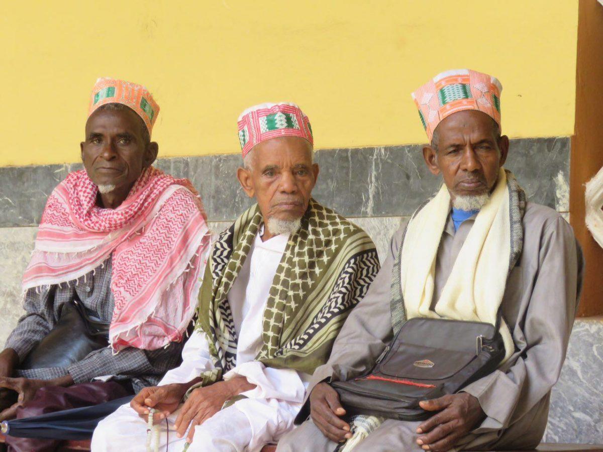این ها هم بزرگان و شیوخ مسجد هستند و در انتظار بازگشایی مجدد آن