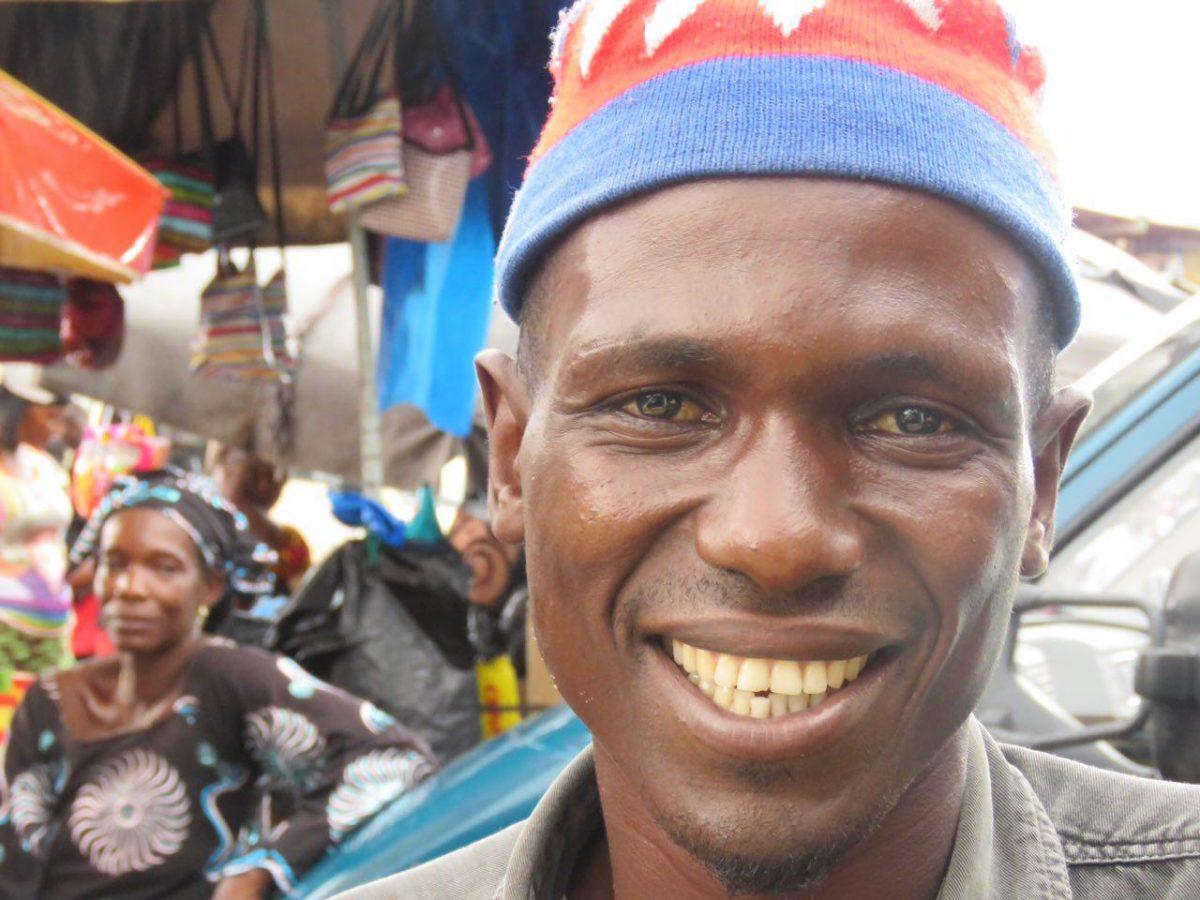 زندگی جاریست، فرقی نمی کند ساکن کوناکری گینه باشی یا جای دیگری از دنیا، لبخند که بزنی و بخندی یعنی آسمان دلت صاف است و خوشبختی نزدیک.