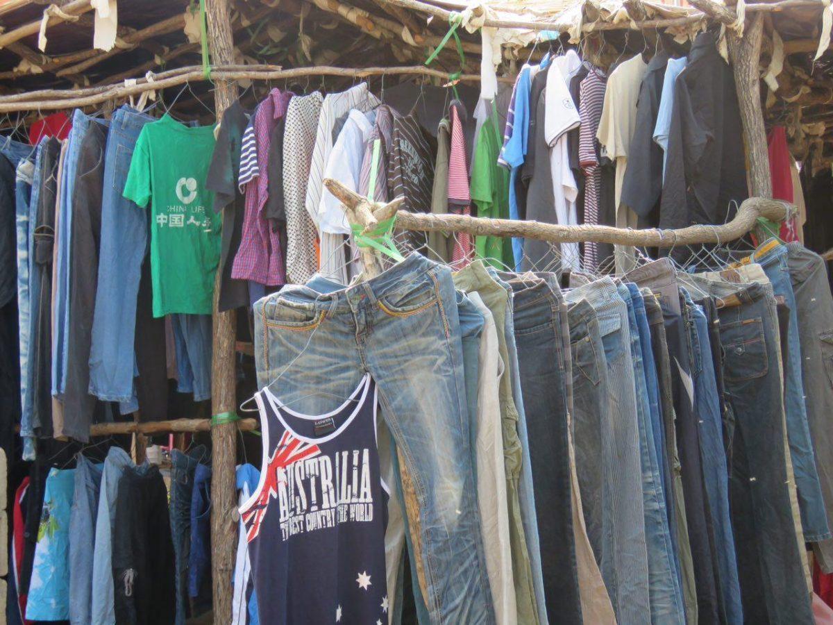 اما جدا از کثیفی بی حد شهر مرزی موزامبیک، بازار گسترده لباس های دست دوم توجه م را جلب می کند، لباس هایی که از طریق اقیانوس با کشتی به موزامبیک رسیده اند و به تدریج از طریق مرزهای زمینی توزیع می شوند!