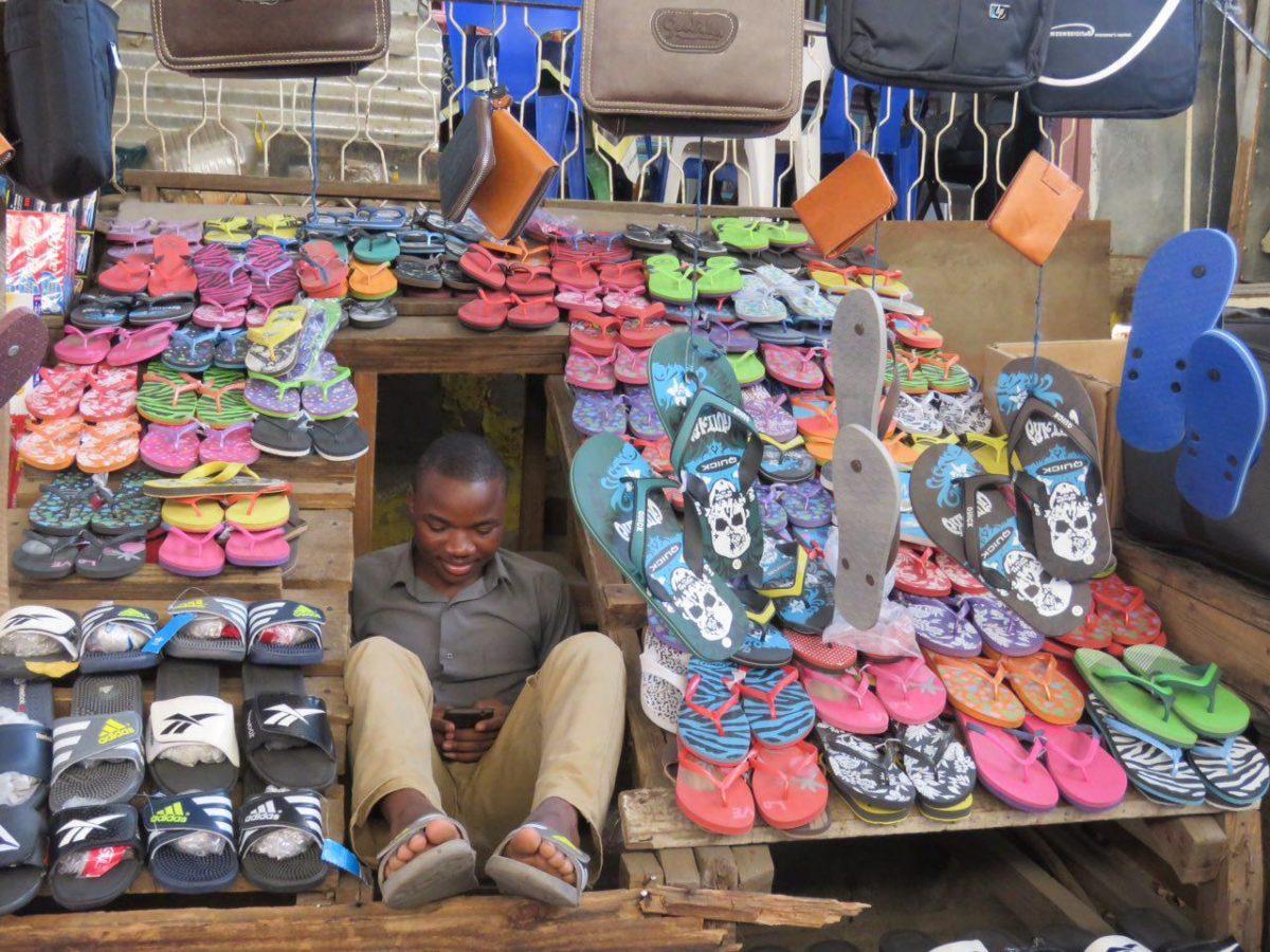 حیف که موزامبیک هم به اسارت چین درآمده است، استعمار امروزی، حتی کفش های هزارمایلشان هم جایگزین شده، گوشی های موبایل هم چینی ست، از آن طرف کشتی های چوب درختانشان و خاک معادنشان مسافر هرروزه چین است...