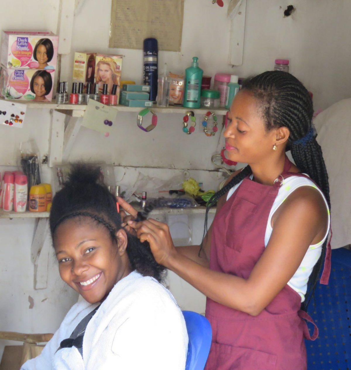 """اما در """"تِ تِ"""" زنها و دختران موهای بلندی دارند و تقریبا همگی با مدل های مختلف آفریقایی موهایشان را بافته اند، اینگونه است که قدم به قدم حتی در بازارهایشان می توانی شاهد هنرنمایی دستان بافنده شان باشی!"""