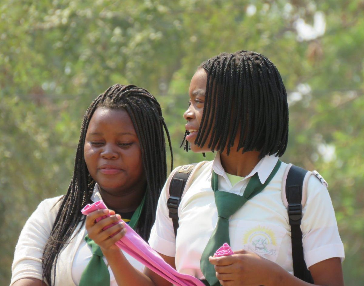 این هم گونه ای دیگر از بافت مو، جالبتر اینکه در بیشتر کشورهای آفریقایی از جمله موزامبیک داشتن لباس فرم برای دانش آموزان اجباریست!