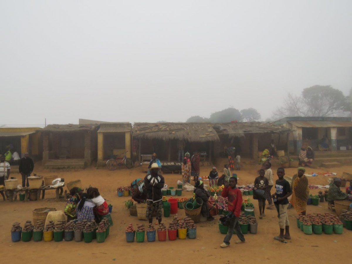 در حال فروش سیب زمینی و گوجه هستند در کنار روستاهایشان، انگار نمی دانند که غیر از این ها می توانند محصولات دیگری هم داشته باشند!