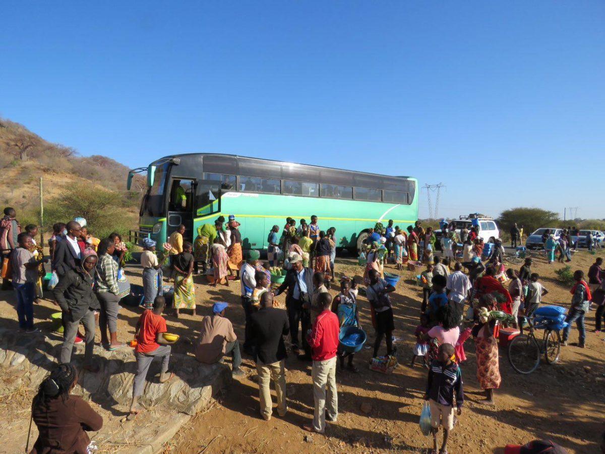 اتوبوس مان می ایستد در جلوی کاروان ماشین ها به انتظار و طبق معمول، قبل از شورشی ها به محاصره دست فروش ها در می آید!
