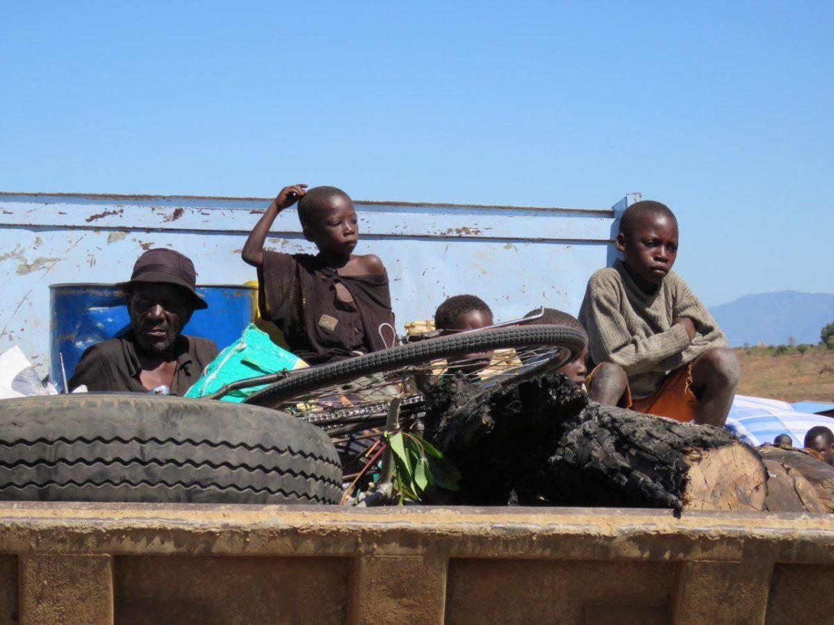 این ها هم بالای کامیون با وسایلشان نشسته اند منتظر، خانوادگی در حال مهاجرت به شهر هستند، چوب های نیم سوز و دوچرخه پدر هم تمام دارایی شان است!