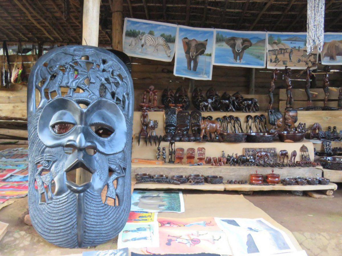 در بین راه زومبا، دکه های فروش صنایع دستی شامل ماسک ها و مجسمه های چوبی همچنین نقاشی های آفریقایی در کنار جاده، بدجوری خودنمایی می کنند و توجه می طلبند!