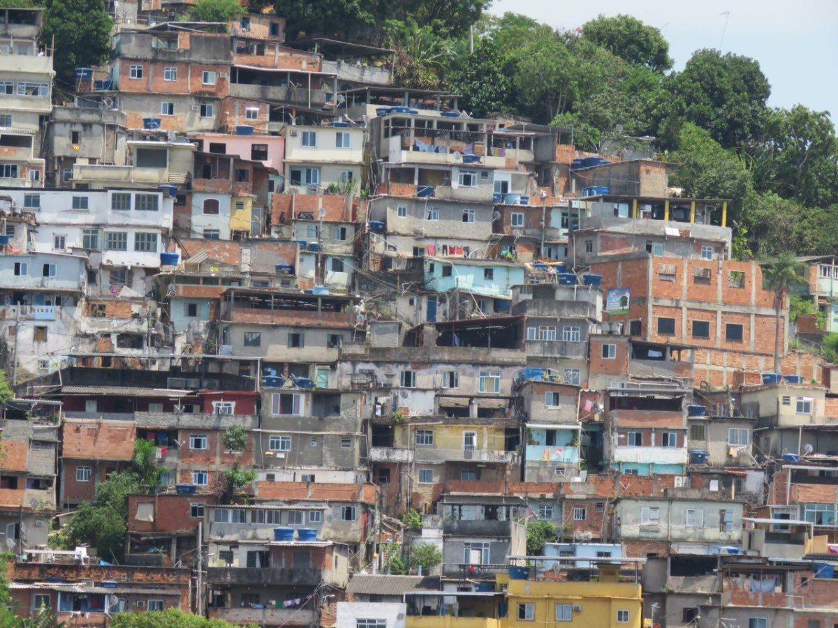 اینجا ماسوله نیست با آن خانه های طبقاتی و پلکانی اش، اینجا یکی از فاولاهای حاشیه محله سانتاترزا در ریوست، جایی که فقر و خلاف در آن موج می زند!