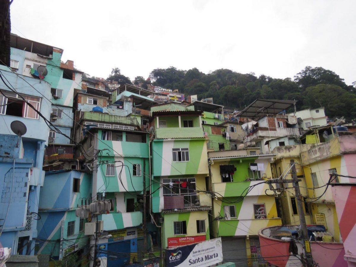 و این هم نمایی خوشرنگ از فاولای سانتامارتا، می شود در عین فقر خوش سلیقه بود و با بازی رنگ ها شادی آفرید.