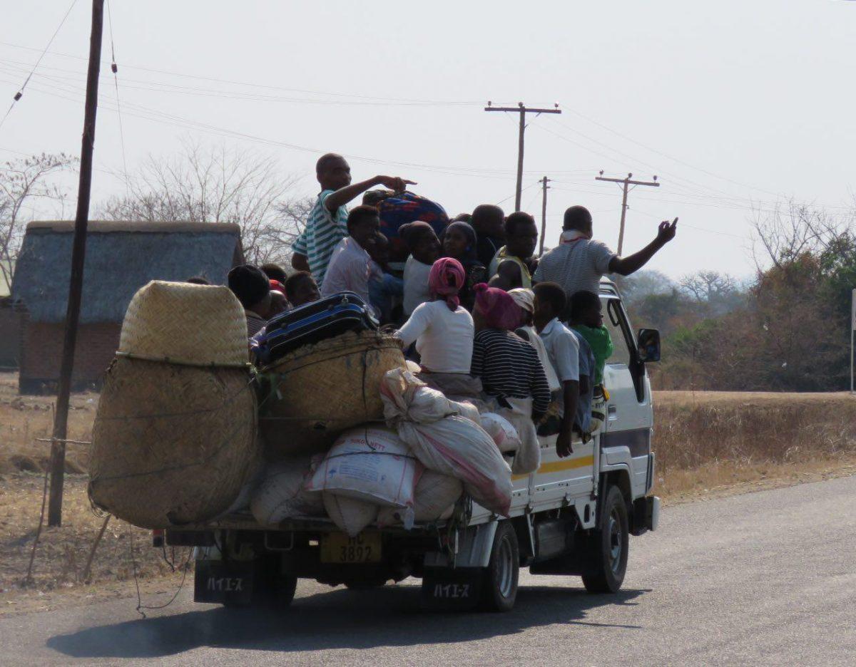 این هم جاده های مالاوی، شیوه ای کاملا مرسوم برای حمل بار و مسافر مخصوصا در جاده های روستایی!
