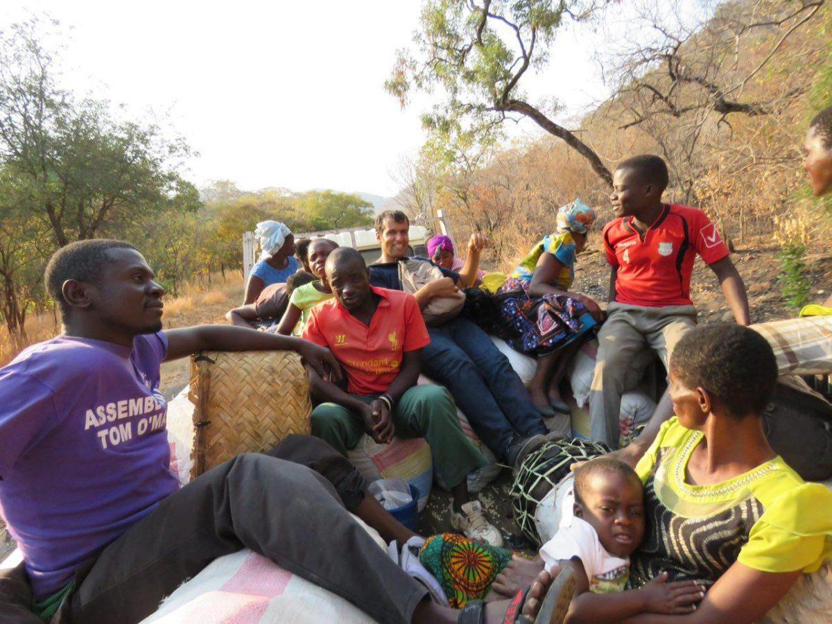 این هم من و همسفرها و کامیون سواری در راه دریاچه مالاوی!