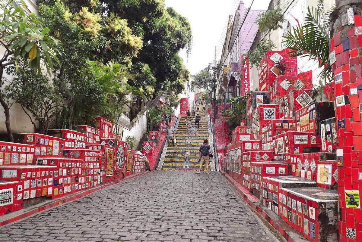 این هم نمایی از ورودی کوچه پله های سلرون در ریو