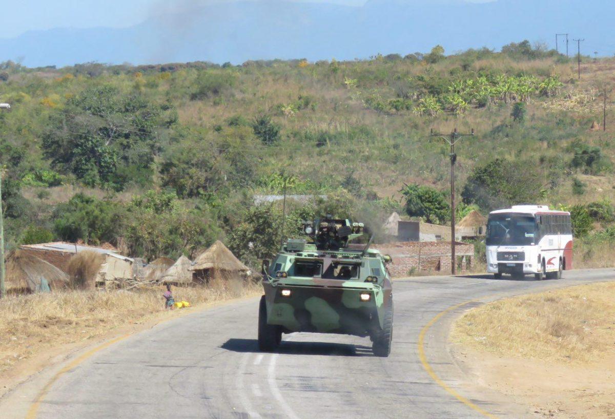 ماشین های نظامی ارتش در حال جولان در جاده های مناطق نا امن موزامبیک