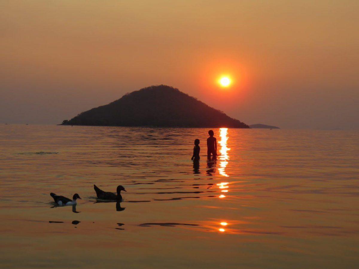 این هم لحظه ای از غروب آفتاب روی دریاچه آرام مالاوی