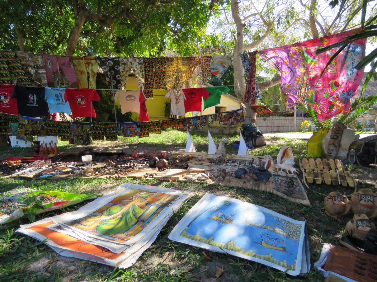 نمایشگاه صنایع دستی و کارهای هنریشان که در محوطه و فضای باز هاستل برپاست، جشنواره ای از رنگ های شاد برپاست گویی