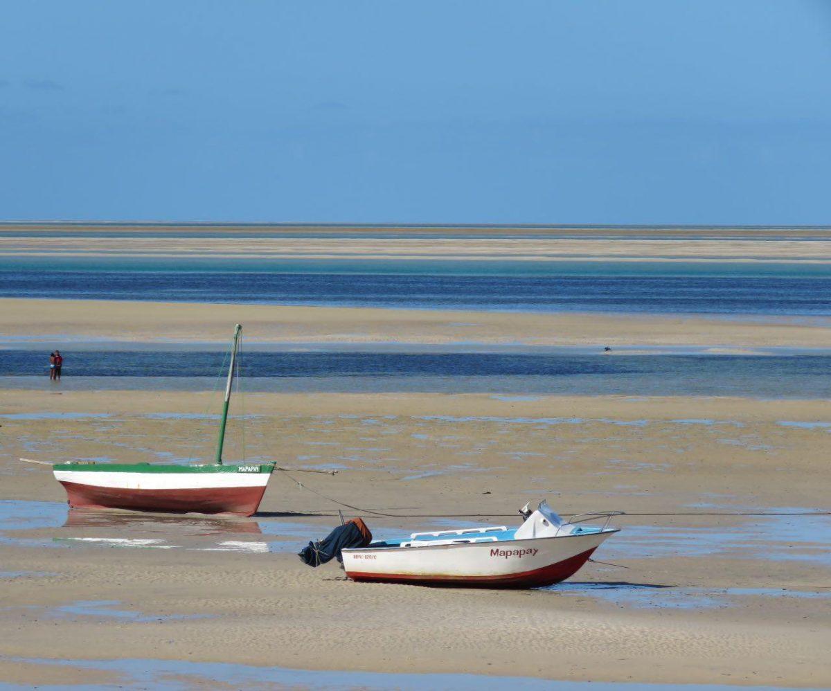 این اولین صحنه است که از اقیانوس هند در آنجا می بینم، آب آرامی که در وسط روز رفته است عقب، آنقدر عقب که قایق هایش به گل نشسته اند، ولی همچنان خوش رنگ و زیباست...