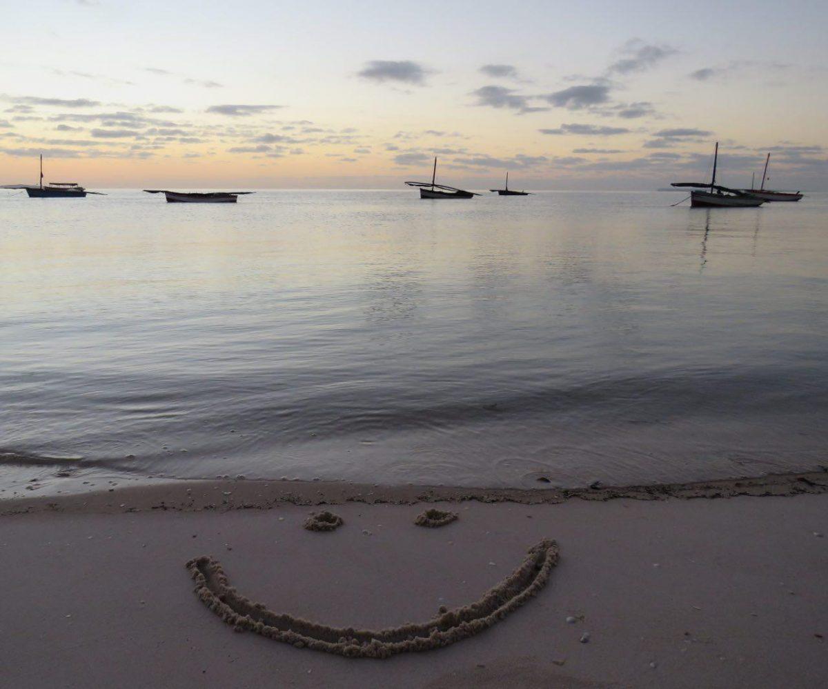 نقش می زنم لبخند صبحگاهی را کنار ساحل تا یادم نرود مهربانی را، شاید عابری ببیند و دیگرگونه آغاز کند روزش را!