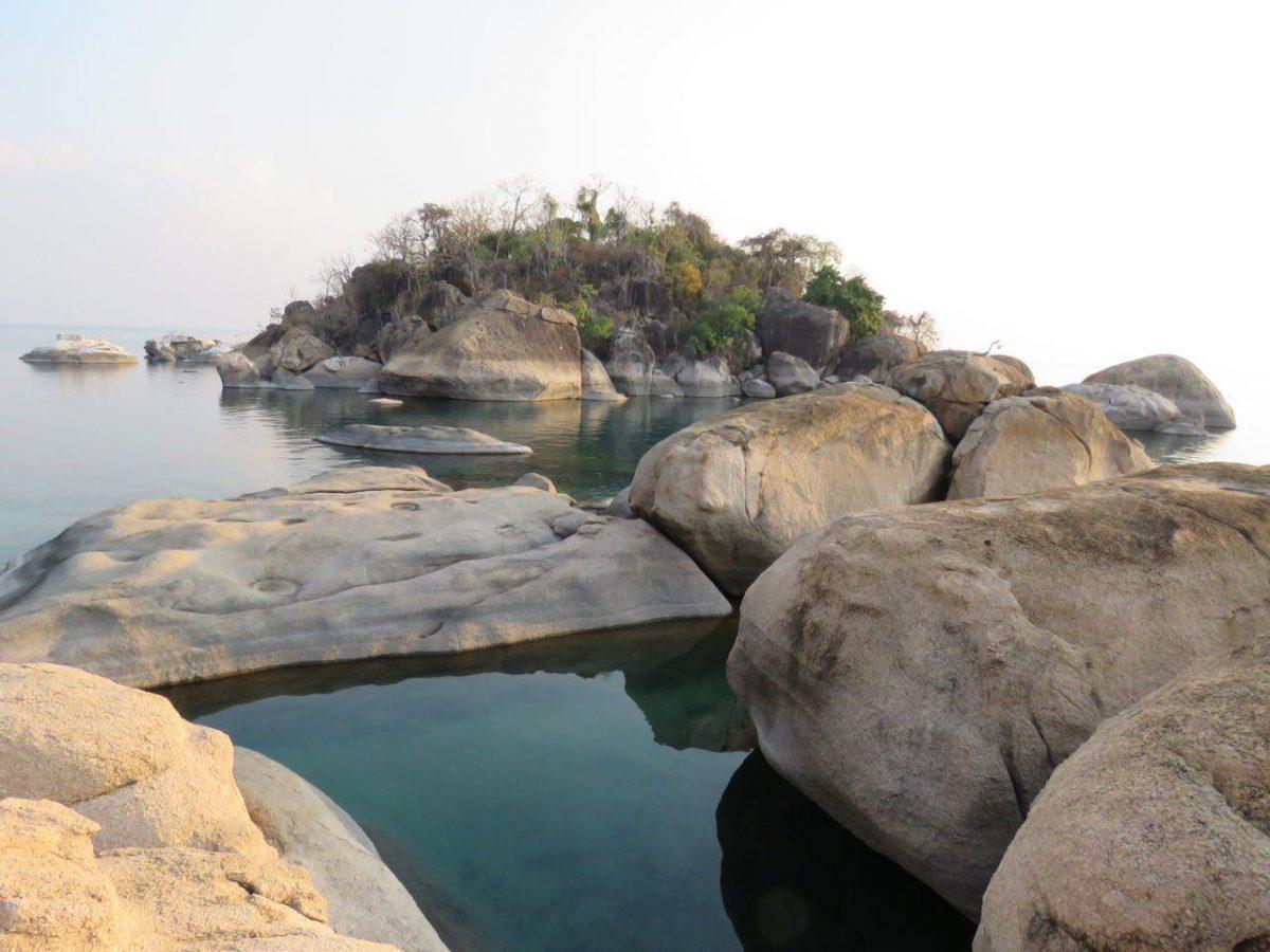 نمایی از آبگیرهای سنگی کنار ساحل