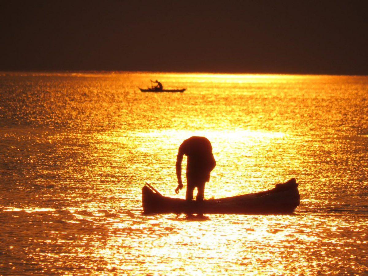آفتاب نرم نرمک و با ناز پایین می آید و نور می پاشد بر آب دریاچه، این یکی هم انگار به احترامش ایستاده و تعظیمش می کند...