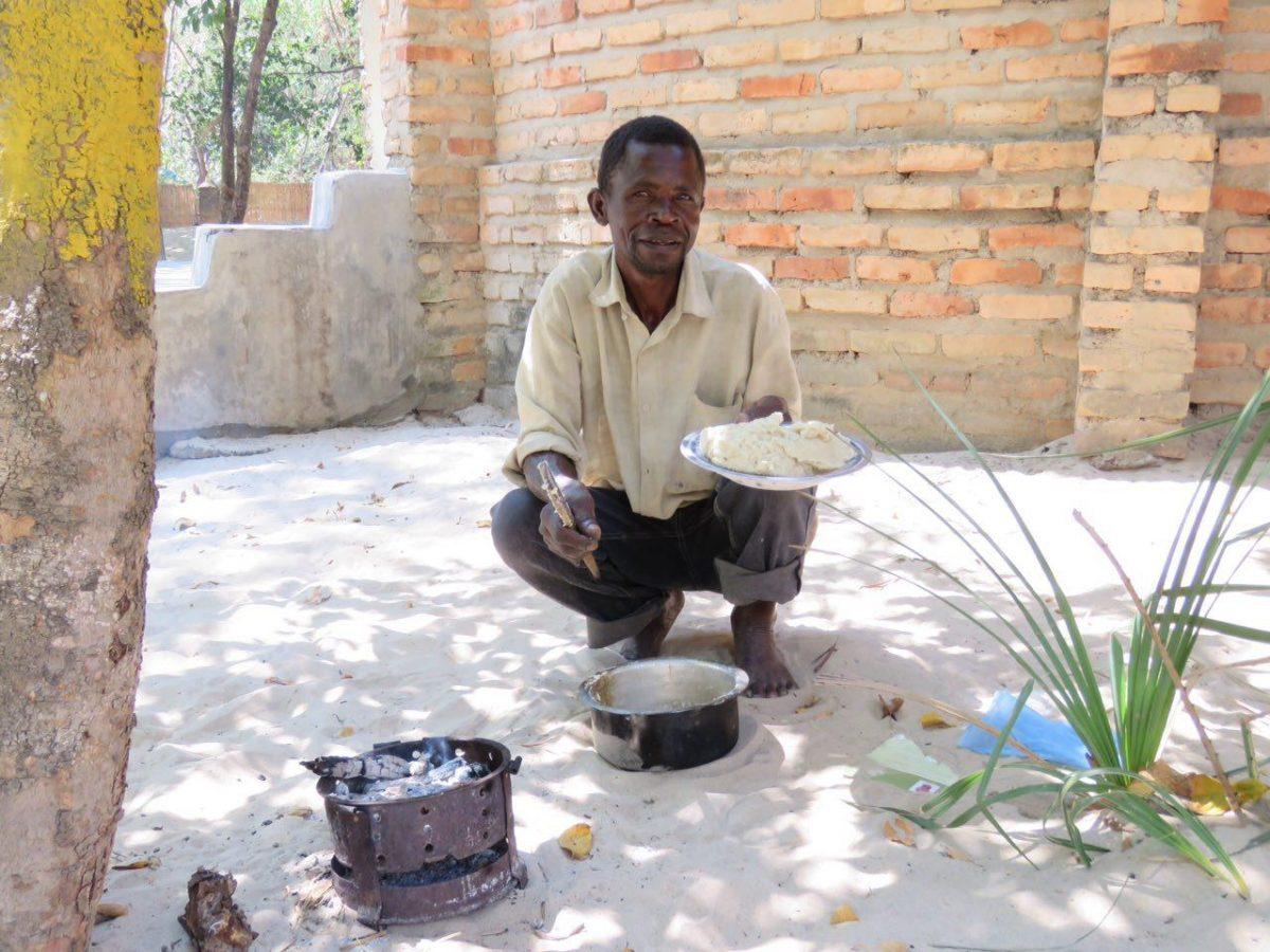 """برای خودش و خانواده اش """"سیما"""" درست کرده است، یادتان هست سیما را؟ گفته بودم که اصلی ترین غذای مردم مالاوی ست، آرد ذرت را در آب گرم خمیر می کنند و می خورند، کاملا بی مزه و بی طمع!"""