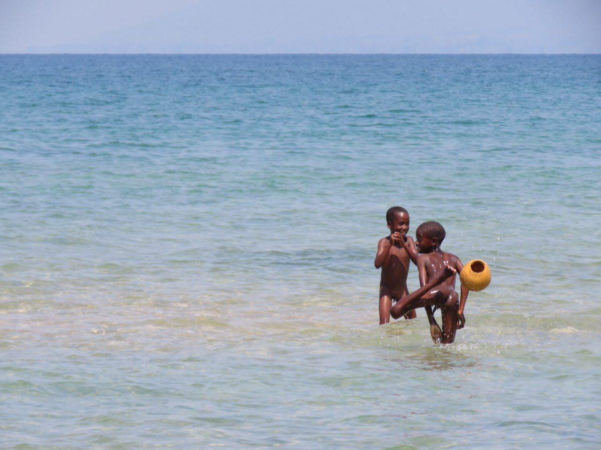 بچه های حاشیه دریاچه را هم که انگار نافشان را در آب بریده باشند، حتی در آب فوتبال بازی می کنند!