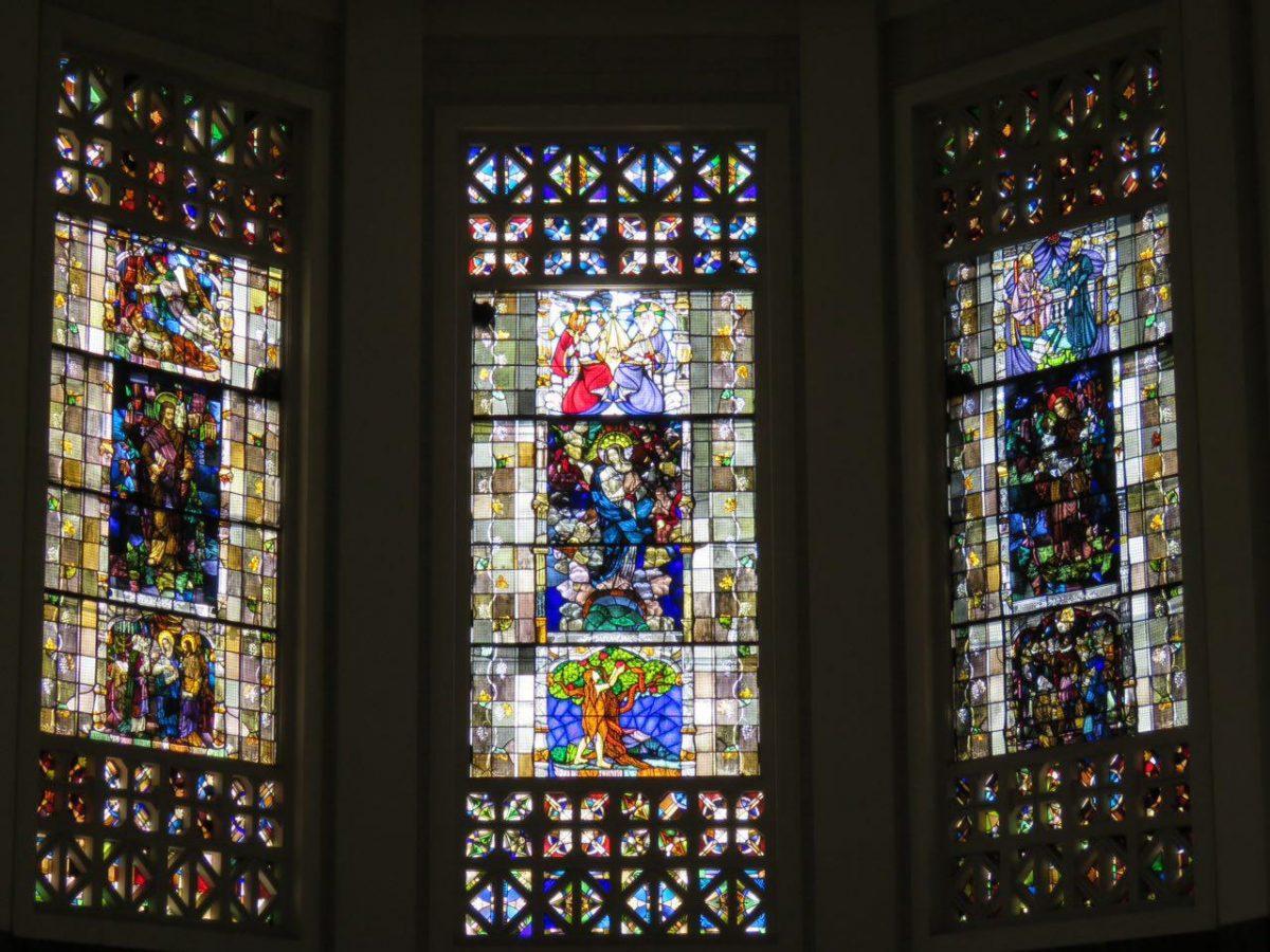 شیشه های رنگی کلیسا و مخصوصا بازی نور آفتاب با رنگ هایش، گاهی پای رفتن را کند می کند!