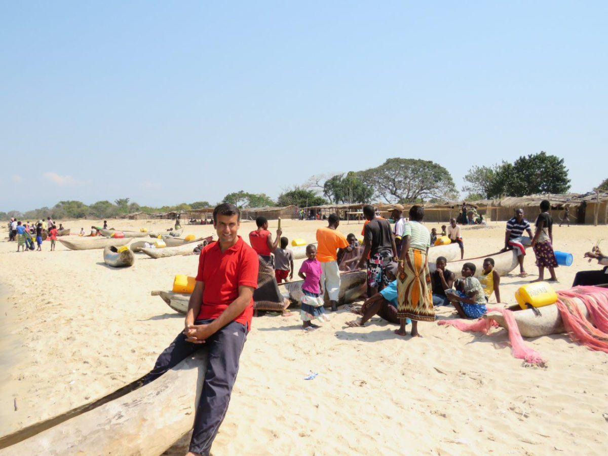 این هم نمایی از روستایشان و قایق های ساده و تورهای ماهیگیری شان، گویا چندین برابر بیش از ظرفیت برداشت دریاچه ماهیگیری می شود در دریاچه مالاوی! هیچ تعادلی اصولا وجود ندارد!