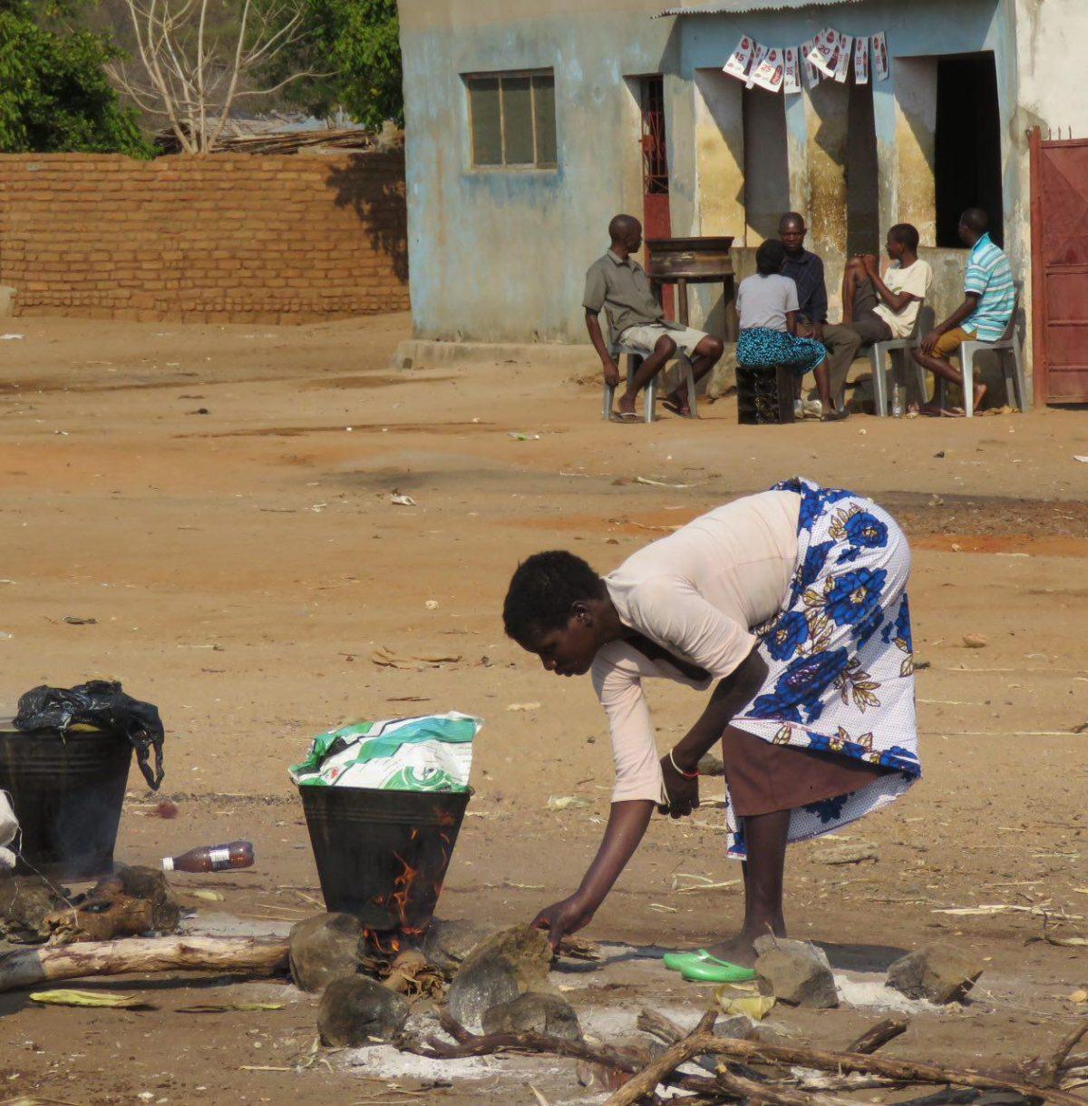 دوستی سوال کرد پس مردهایشان کجایند؟! در آفریقا مردها حضوری پررنگ دارند، منتهی معمولا در سایه! بار زندگی و کار و بچه ها عموما بر دوش زن هاست!