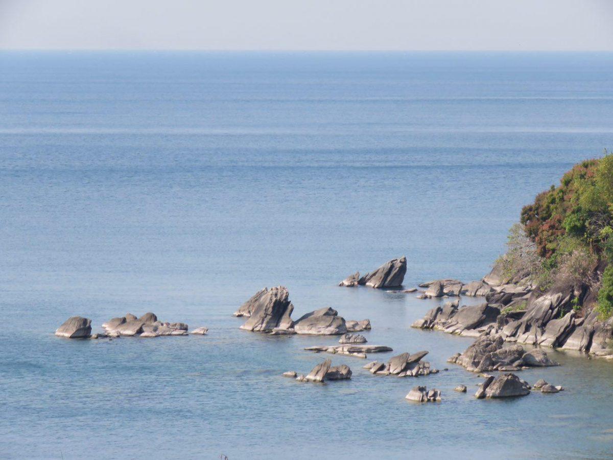 صخره های بی نظمی که گوشه و کنار خلیج مخاتا سر برآورده اند و به ساحل هویت و شخصیت داده اند!