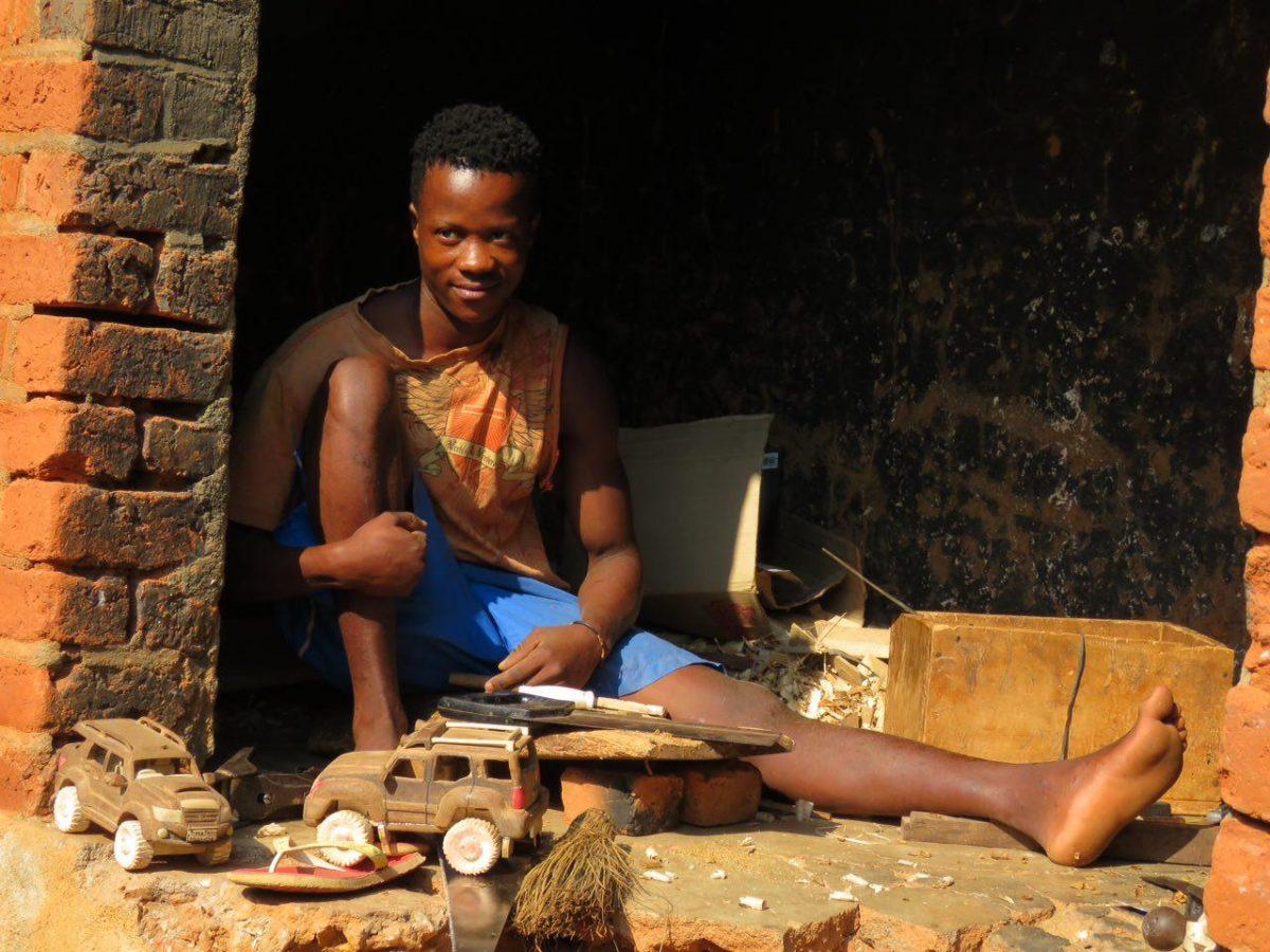 گوشه ای دنج برای خودش پیدا کرده و اسباب بازی درست می کند برای بچه ها، ماشین های کوچک و بزرگ، تمام اجزا از جمله چرخ هایش هم چوبی ست...