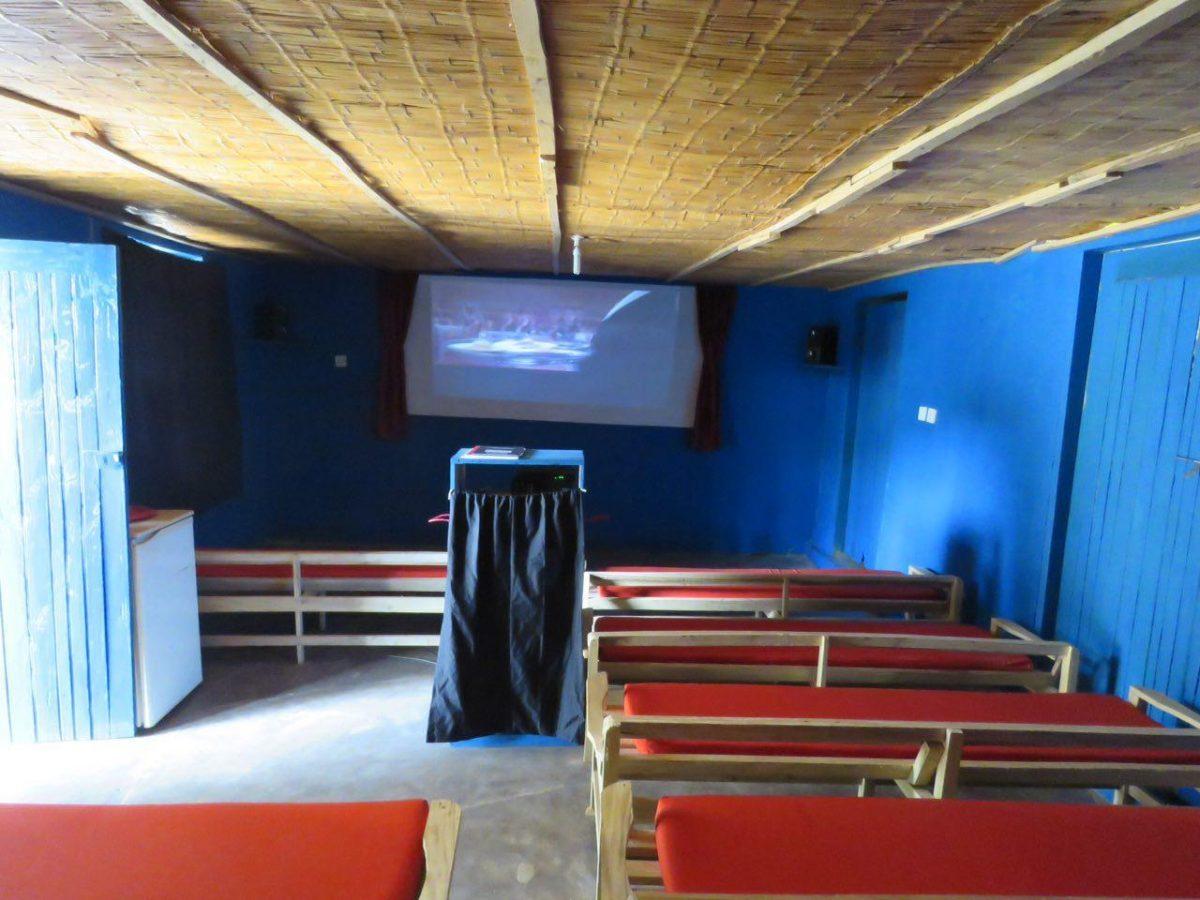 این هم نمونه ای از سینماهایشان، کافی ست اتاقکی داشته باشی و چند نیمکت و یک مونیتور دست دوم بزرگ، آنوقت است که می شوی سینمادار و پول روی پول می گذاری! امیدوارم حداقل به سانس بعدی برسم...