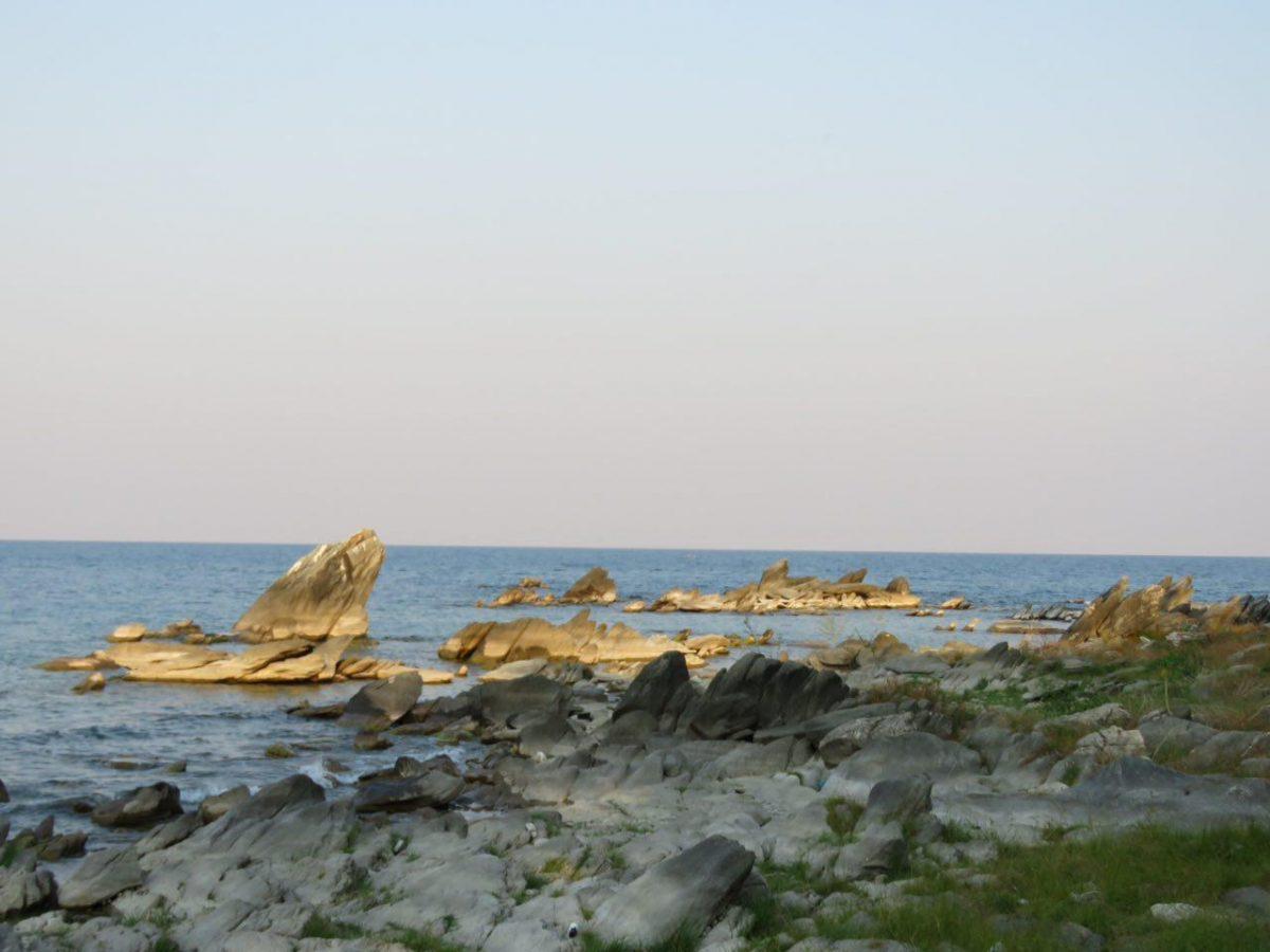 غروبی که در کنار این ساحل صخره ای شکل می گیرد در حالی که نشسته ام روی خارا سنگی بزرگی و عبور و پرواز مرغکان دریایی را شاهد هستم!