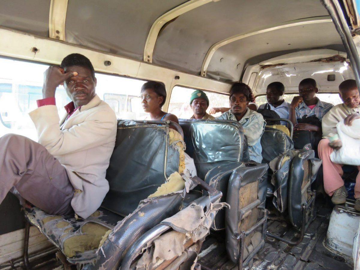 همسفرهایم در آخرین کومبی سواری تا مرز موزامبیک، مدیون هستید اگر فکر کنید با همین تعداد حرکت می کند، حداقل ضربدر چهار کنید تعداد را! حالا خوبیش این است که صندلی هایش رو کش دار هستند و خیلی لاکجری ست!