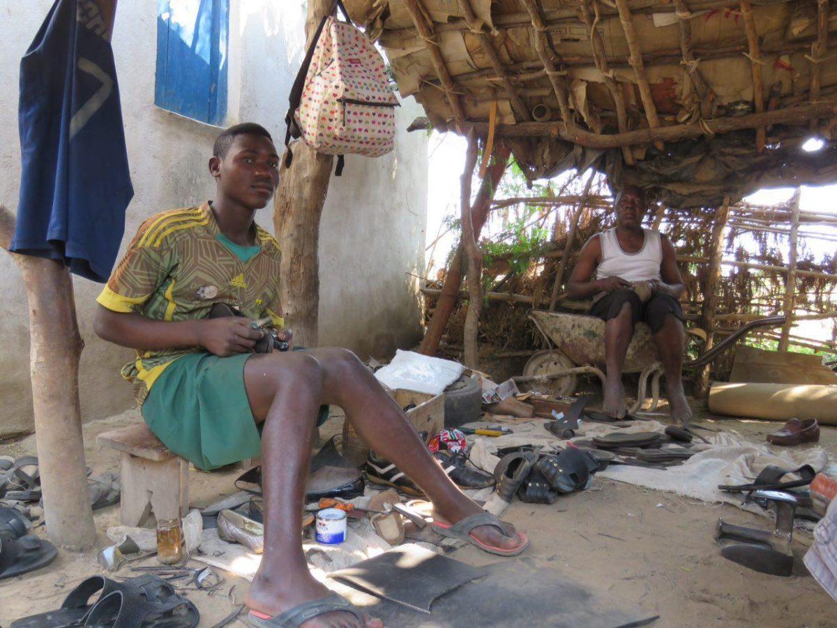 """کفاش ها اینجا از تایرها و لاستیک های فرسوده موتور و ماشین کفش درست می کنند، کفش """"هزار مایل""""، همان ها که عمری زیر پای ماشینی آفریقا را درنوردیده اند تا به کمال برسند و امروز بشوند پای افزار انسانی!"""